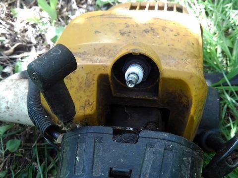 草刈り機のプラグ